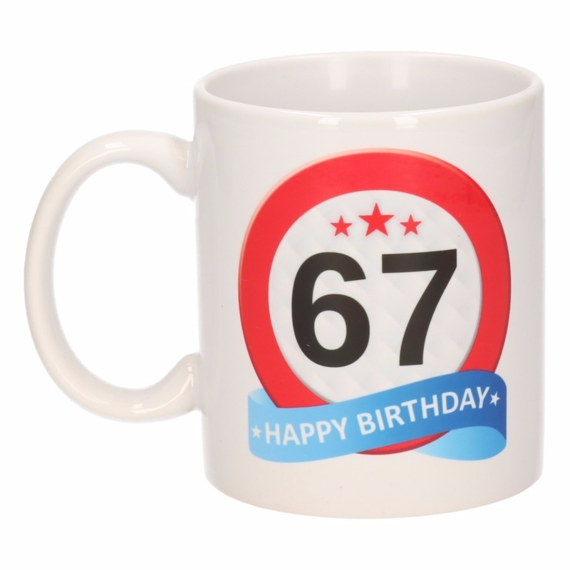 Cadeau 67 jaar mok / beker verkeersbord thema Multi