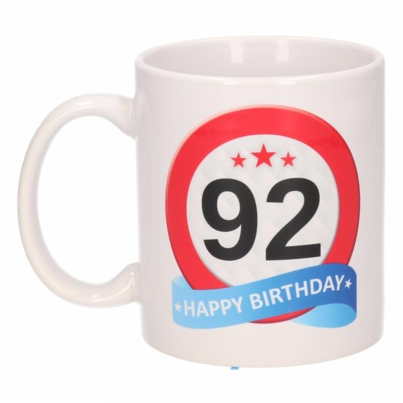 Cadeau 92 jaar mok / beker verkeersbord thema Multi